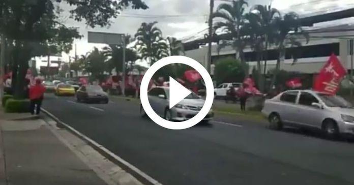 Fuerte caravana de salvadoreños le pitan «la vieja» a los militantes del FMLN que protestan contra Bukele en las calles