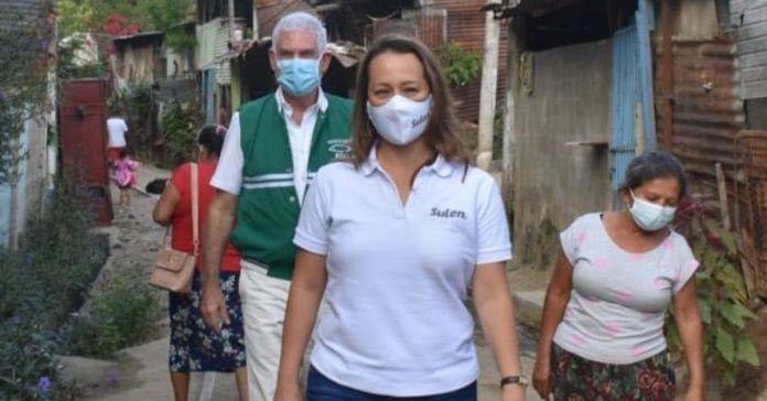 Captan a Sulen Ayala junto a Rodolfo Parker engañando a familias humildes para obtener votos