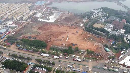 China reconstruye centro de cuarentena por desbordamiento en casos COVID-19