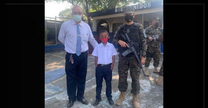 Ministro Monroy visita al pequeño César para cumplirle el sueño de ser un futuro soldado