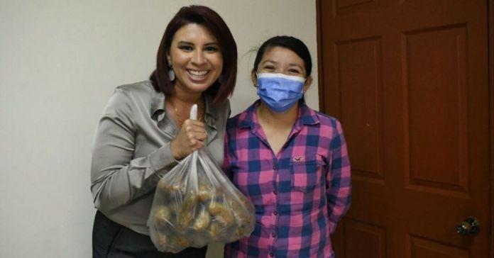 Tita Batres compra papas a joven emprendedora a cambio de su voto
