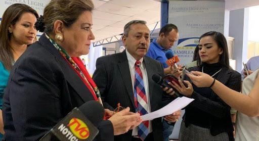 Carlos Reyes se limpia las manos y responsabiliza a Velásquez Parker de querer destituir a Bukele