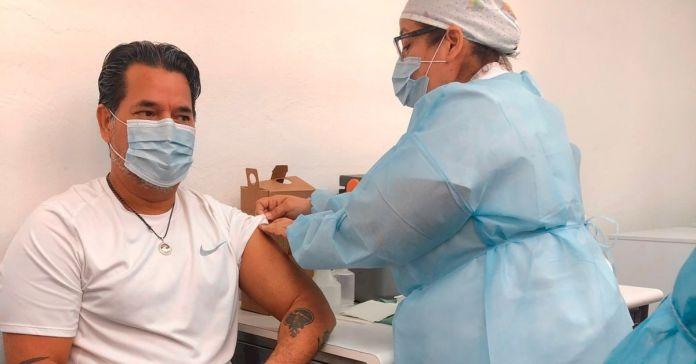 Periodista Salvador Castellanos recibe dosis contra la COVID-19