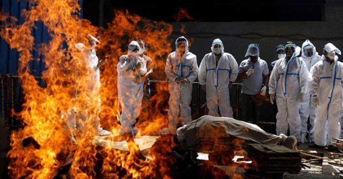 La India vive el peor de sus escenarios ante el COVID, cremando los cuerpos al aire libre