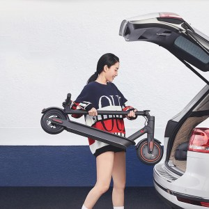"""98DDA126E746446BA1F132C8A84E6BB6  En av världens mest sålda elscooter från Xiaomi med 45 km räckvidd.- Hastighet: 25 km/h- Räckvidd: 45 km- Laddningstid: 8 h- Maxvikt: 100 kg- Mekanisk broms bak- Motor: 300 Watt- Däck 8,5""""- Display – Ja- Blåtand – Ja- Vattentålig – Ja, IP54- Vikt: 14,2 kgTillverkarens sida: <a href=""""https://www.mi.com/global/mi-electric-scooter-pro"""">https://www.mi.com/global/mi-electric-scooter-pro</a>  XIAOMI M365 PRO"""