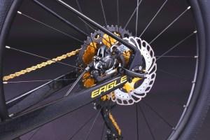"""F77A245257EA4D44B6AEC0D437EEA025  Marknadens kanske coolaste MTB i svart färg med gulddetaljer. Limited edition dvs det finns endast 10 st i Sverige.<strong>FINNS EN KVAR I LAGER FÖR AVHÄMTNING I JÖNKÖPING. SKICKAS EJ.</strong>-Toppspecad cykel.-Shimano 11 vxl XT M8000-Hydrauliska bromsar Shimano MT200, 160mm- Kolfiberram- Vikt: 10,3 kg-Luftdämpare fram, EAGLE air. Lock-out funktion på styret.-29″ hjul- Ram 17"""". Passar 170-183 cm längd.- Kassett: SUGEK hg5011 11/50t- Tramphjul: Prowheel MPX-11-TT 34T- Däck Maxxis pace 29*2,1""""  Eagle gold Carbon (ej elcykel )"""