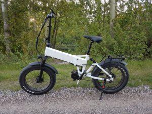 IMG 3724 scaled  Marknadens elakaste fatbike som levererar brutal prestanda.<strong>Leveranstid 50 dagar.</strong>- Motor: Bafang mittmotor G320 1000 Watt – 160 Nm- Batteri: Samsung 48V/16AH- Räckvidd: 60 km- Hastighet: Begränsad till 25 km/h- Vikt: 28 kg- Vikbar ram med integrerat batteri- Gasreglage dvs du gasar cykeln som en moped utan att behöva trampa.- Hydrauliska bromsar: Logan- Färgskärm: Bafang DPC18- Shimano 9 vxl RD-3500- Farthållare- Unik Möjlighet att välja din egen färg på ramen och fälgarna. Ingår i priset.- Kan beställas med eller utan logotyp på cykeln.  Elcykel Ghostride 1000W - Custom made
