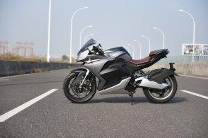 MC2  - Motor: 11 000 watt i bakhjulet.- Max hastighet: 150 km/h- Batteri: 72V/120AH med BMS.- Räckvidd: 200 km- Livslängd: 800 laddningar- Vikt: 150 kg- Laddtid: 3h med snabbladdare.- Hydrauliska bromsar- Hjul: fram: 110/70- 17. bak : 140/70- 17- Längd: 2080/ Bredd 740 / Höjd 1100- Hjulbas 1320 mm- ABS bromsar- Hydraulisk fjädring- 17 tums fälgar- Farthållare- LCD display- Stötdämpare bak/fram- LED ljus fram/bak3 års garanti på batteri och 1 år på övriga detaljerOBS! Finns ej i lager. Beställningsvara: 60 dagars ledtid.  Ghostride S11000