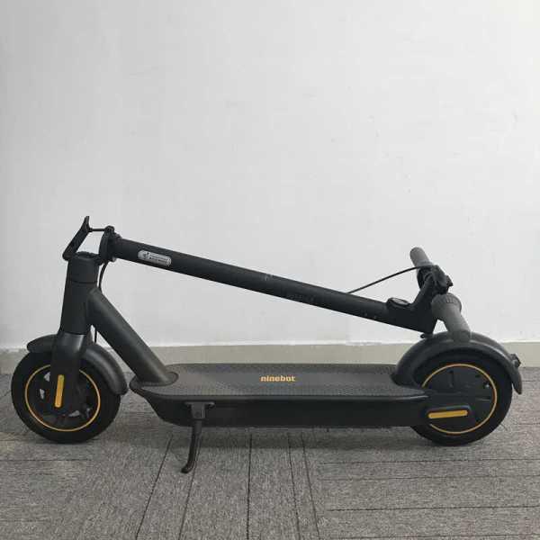 """ninebot ihopfälld  <h1><a href=""""https://elscooter.org/produkt/ninebot-max/"""">Ninebot Max G30</a></h1> <h3>Om Ninebot max</h3> G30 är rejält byggd för både asfalt och grusvägar. De stora 10 tums slanglösa däcken ger dig en komfortabel körning. Däcken är utrustade med ett extra gelélager på insidan för att motverka punkteringar. Ninebot max G30 är utrustad med framljus och bakljus samt mekanisk skivbroms fram och en elektronisk broms bak.<strong>Det finns nu 2 st oöppnade Ninebot max G30 för avhämtning i Jönköping.</strong><strong>Det finns ca 20 st på lager i Holland som skickas direkt hem till din adress. Leveranstid 7 dagar.</strong>- Hastighet: 25-30 km/h. Går att justera i mjukvaran.- Räckvidd: 65 km- Laddningstid: 6 h- Maxvikt: 100 kg- Motor: 350 Watt- Vajerlås ingår- Mekanisk broms fram. Elektrisk broms bak.- Display – Ja- Blåtand – Ja- Vattentålig – Ja, IPX5- Vikt: 18,7 kgTillverkarens sida: <a href=""""http://no-en.segway.com/products/ninebot-kickscooter-max-g30"""">http://no-en.segway.com/products/ninebot-kickscooter-max-g30</a>  Ninebot Max G30 - 350 watt"""