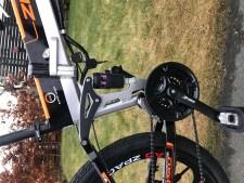 """zpao dämpare bak  Elcykel för asfalt där du kan välja att trampa eller gasa med handtaget. Bra komponenter och bra prestanda.- Motor: QS 350 Watt- Batteri: LG 48V/13AH- Räckvidd: Max 60 km- Hastighet: Max 35 km/h- 26"""" hjul. Passar 170-185 cm längd.- Växlar: Shimano Tourney 21 vxl- Dubbbeldämpad med maxvikt 120 kg.- Mått: 180*102*65 cm- Mått ihopfälld: 102*94*40 cm- Integrerat batteri i ramen- Vikt: 20 kg- Gasreglage på högra handtaget- Magnesiumfälgar- Mekaniska bromsar Tektro- Stänkskärmar och pakethållare ingår  Elcykel ZPAO - 350 watt"""