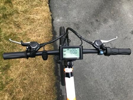 """zpao styre  Elcykel för asfalt där du kan välja att trampa eller gasa med handtaget. Bra komponenter och bra prestanda.- Motor: QS 350 Watt- Batteri: LG 48V/13AH- Räckvidd: Max 60 km- Hastighet: Max 35 km/h- 26"""" hjul. Passar 170-185 cm längd.- Växlar: Shimano Tourney 21 vxl- Dubbbeldämpad med maxvikt 120 kg.- Mått: 180*102*65 cm- Mått ihopfälld: 102*94*40 cm- Integrerat batteri i ramen- Vikt: 20 kg- Gasreglage på högra handtaget- Magnesiumfälgar- Mekaniska bromsar Tektro- Stänkskärmar och pakethållare ingår  Elcykel ZPAO - 350 watt"""
