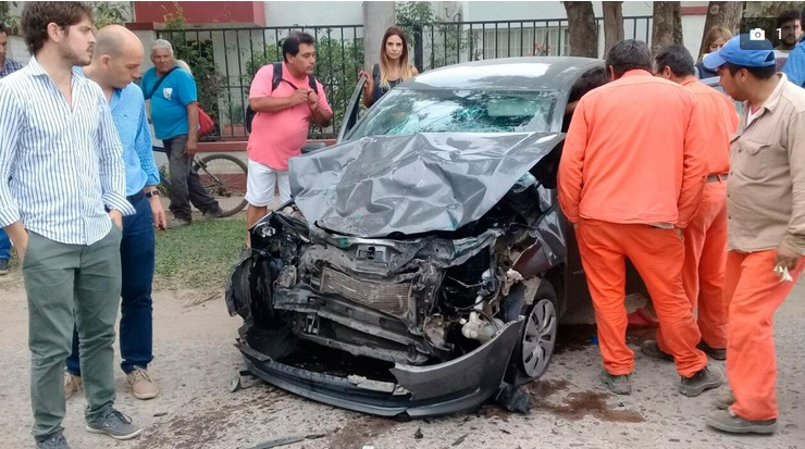 Choque frontal entre un auto y un colectivo