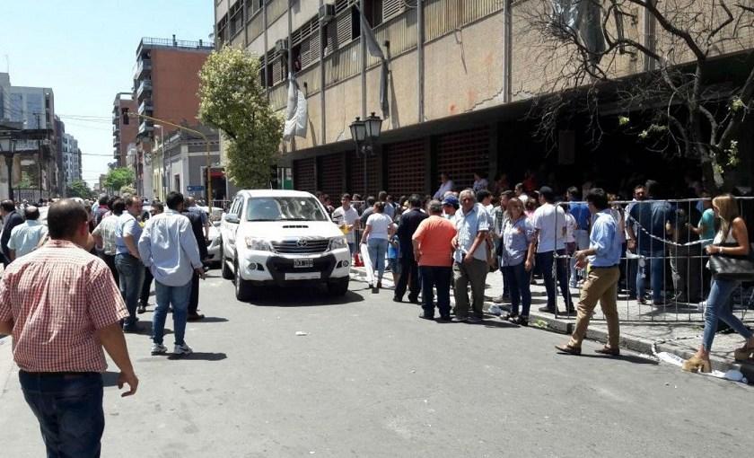 Bochorno nacional: La entrega de diplomas a los diputados electos terminó con pedradas, corridas y vidrios rotos