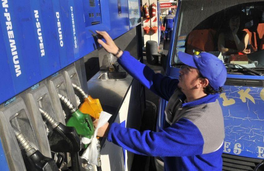 YPF baja el 1,5% el precio de la nafta a partir de la medianoche