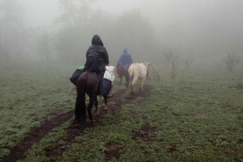 """""""Haciendo patria"""": Dos maestras tucumanas montaron 12 horas a caballo para tomar las pruebas """"Aprender"""""""