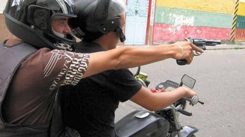 TUCUMAN VIOLENTO: Motochorros asaltan a mujer y en la huída le pegan un tiro a un policía