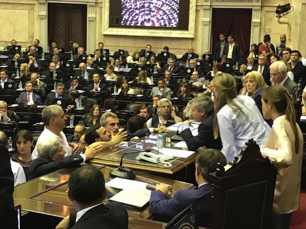 Congreso de la Nación: Escandalo adentro del recinto, represión afuera(VIDEO)