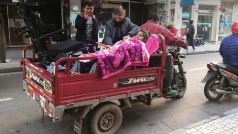 """"""" En un país sin justicia social """": Paralizada y tapada con frazadas, está obligada a ir a la Anses en motocarro"""