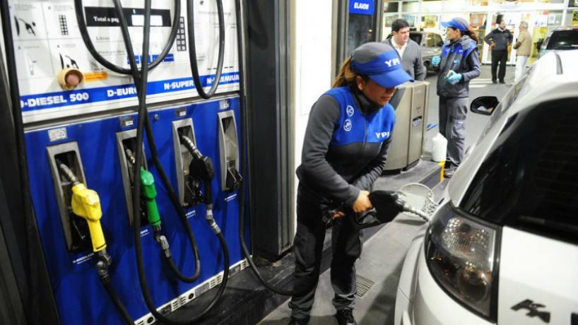 Golpe al bolsillo: desde este sábado aumenta 5% la nafta y 4,5% el gasoil