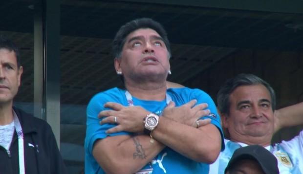 Maradona salió de las tribunas con una indisposicion( VIDEO)