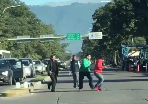 INSEGURIDAD: Limpiavidrios le roban el celular a un automovilista en avenida Mate de Luna(VIDEO)