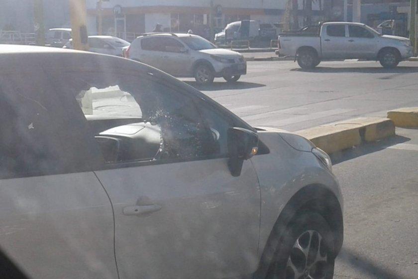 Rompevidrios reventaron un auto en pleno día para robar una cartera