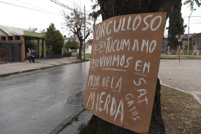 SAT: Cansado de las cloacas que se rompen, un vecino llenó dos cuadras de carteles irónicos