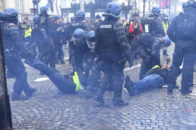 """"""" CAOS EN FRANCIA POR EL AUMENTO DE LA NAFTA """" : La Policía francesa lanzó gases lacrimógenos para detener el avance de los """"chalecos amarillos"""" al palacio del Elíseo"""