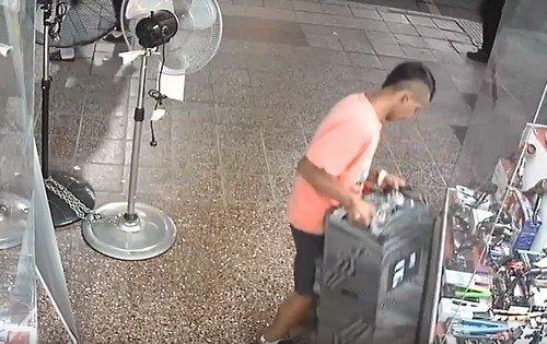 Ladrones quedan filmados mientras roban parlante en pleno centro