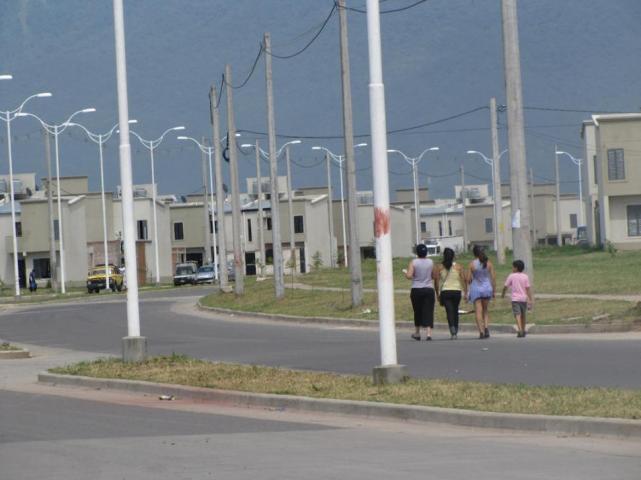 """"""" GRAVE CRISIS HABITACIONAL """" : Hay 17.000 inscriptos para 166 casas en Lomas"""