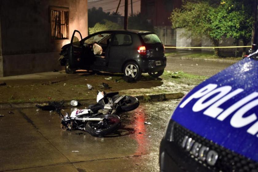 Mientras circulaba a alta velocidad en una moto robada, lo chocaron y murio