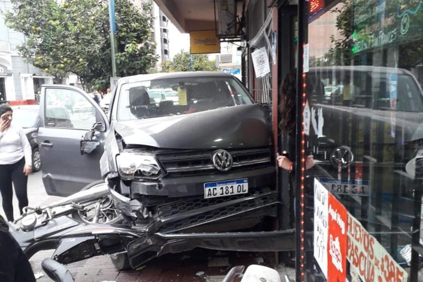Se quedo dormido manejando una camioneta: Subió a la vereda, chocó una moto y se estrelló contra la pared