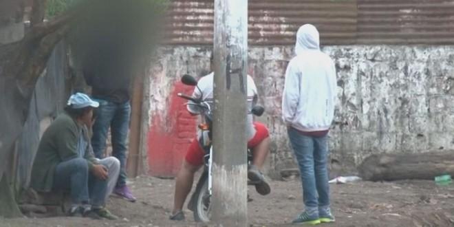 NARCOS TUCUMANOS: Armados y en motos venden droga en cada esquina y pelean por el territorio en los barrios