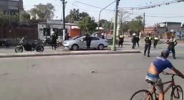 (VIDEO) Delincuentes que acompañaban una caravana fúnebre por avenida Independencia al 3.000 se enfrentaron a los tiros con la policia