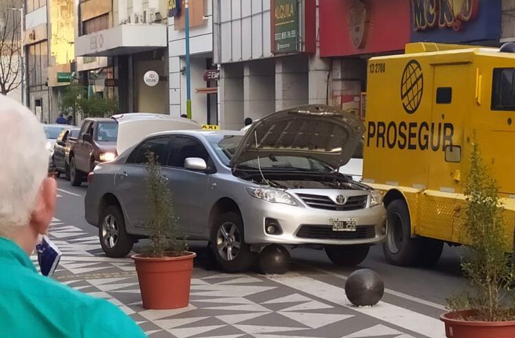 Un automovilista colgado de una bola municipal