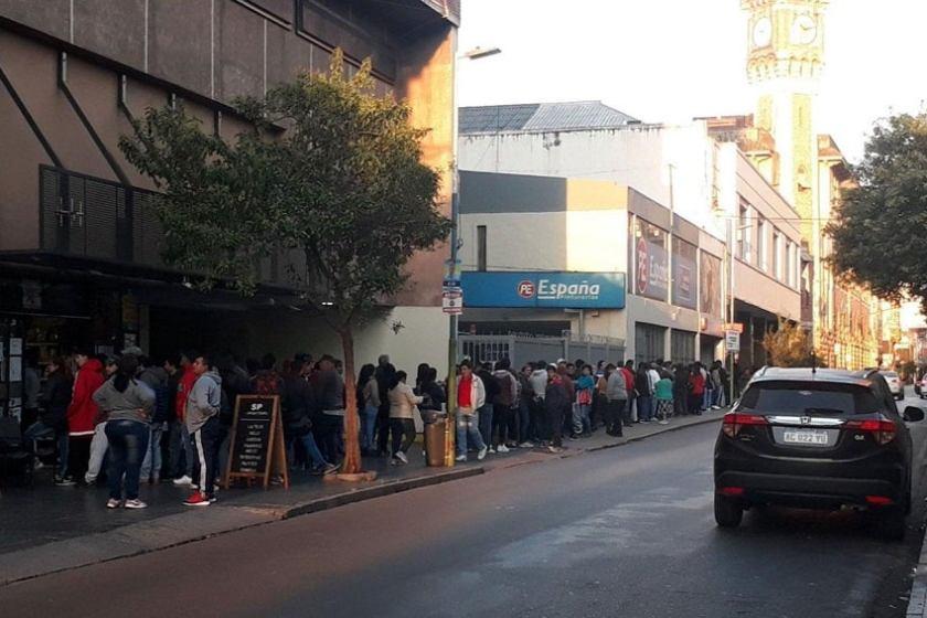 ECOS DEL CLIENTELISMO: Pasaron la noche en la calle para cobrar un subsidio que había sido suspendido
