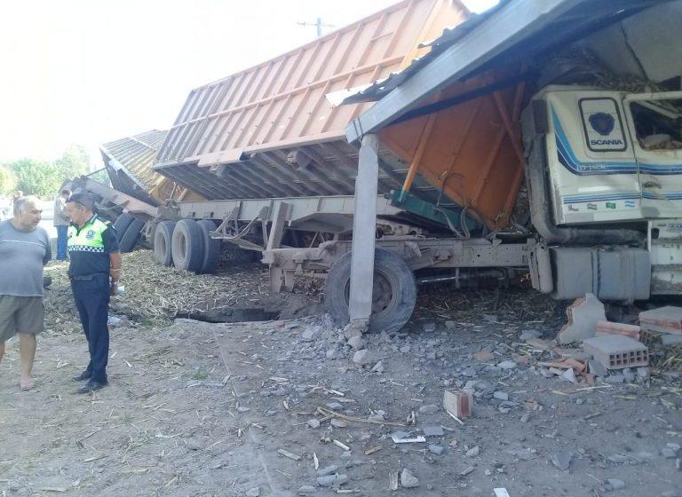 Un camión descontrolado dañó tres casas en Leales