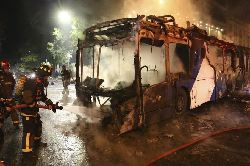 Caos, incendios y graves disturbios en Santiago de Chile, el presidente decreto el estado de emergencia(VIDEO)