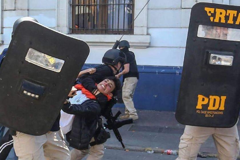CHILE: Violencia sin fin, carabineros ingresan a un colegio y reprimen con balas de goma a las alumnas