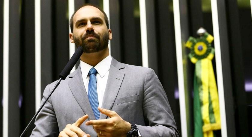 Promovida por el hijo de Jair Bolsonaro, avanza en el parlamento de Brasil una moción de repudio contra Alberto Fernández