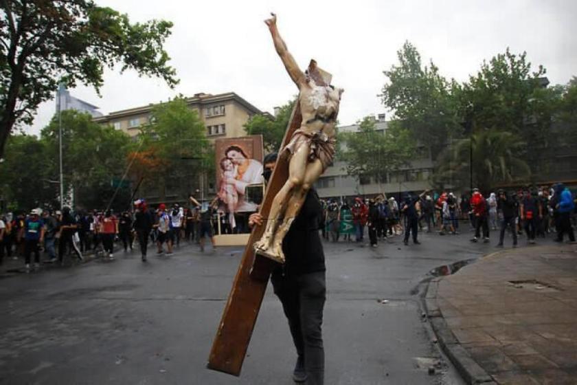 Chile: En estado de anarquia, manifestantes atacaron la embajada Argentina, quemaron una universidad y profanaron una parroquia