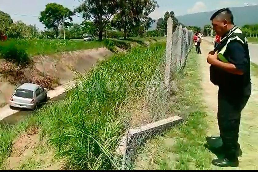 Una joven cayó al canal al perder el control del auto en el camino de sirga