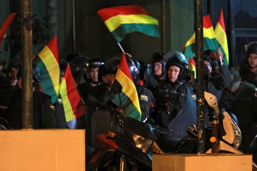 BOLIVIA: La policía se rebela y van por la cabeza de Evo Morales