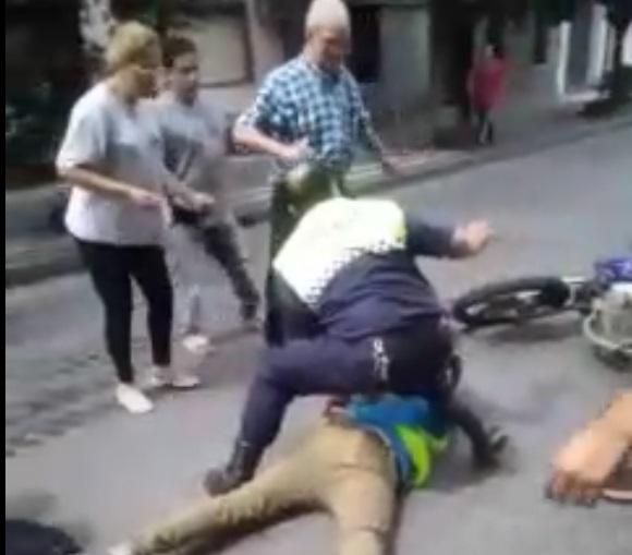 Motochorros fueron arrestados y golpeados tras un robo