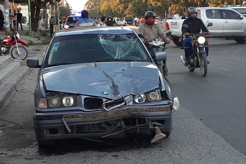 Choco y arrastró a un motociclista con su BMW y luego trató de escapar