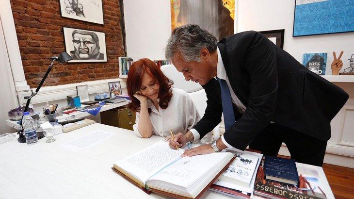 Cristina Fernandez de Kirchner firmó el traspaso de mando y está a cargo del Poder Ejecutivo hasta que el presidente Fernández regrese de Israel