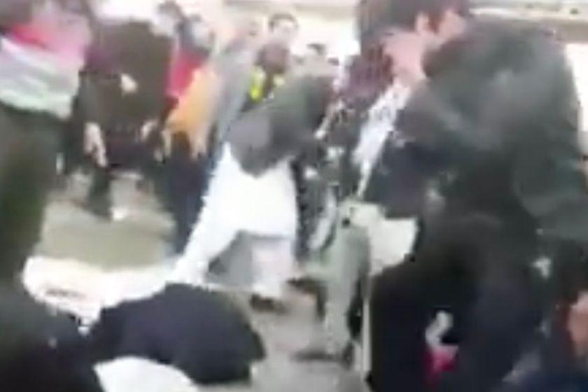 """"""" Fervor y descontrol """": Una estampida en el funeral de Qassem Soleimani dejó al menos 50 muertos y más de 200 heridos"""