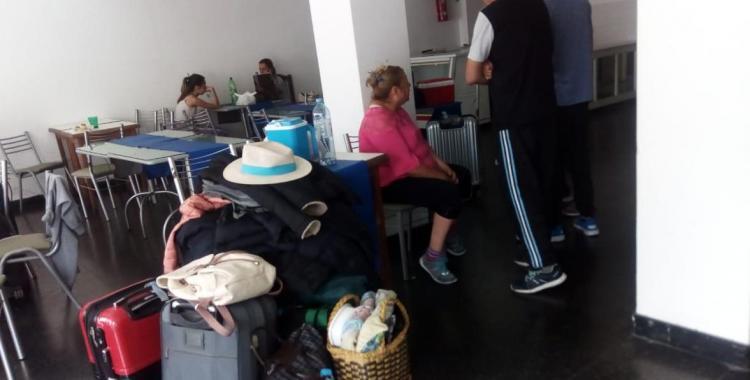 Tucumanos estafados: Salieron de Tucumán de vacaciones a Mar del Plata y quedaron varados en el hall del hotel