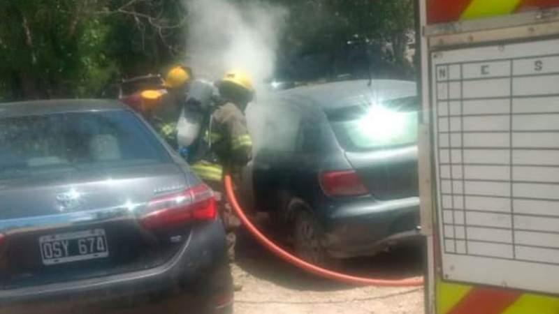 Increible: para ganar tiempo con el asado, salteño encendió las brasas en el baúl del auto e incendió el vehículo