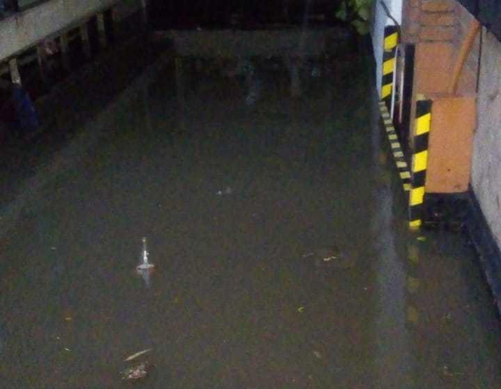 La cochera en el subsuelo de un Apart Condominio se inundo hasta el techo y 6 autos y 1 moto quedaron adentro(VIDEO)